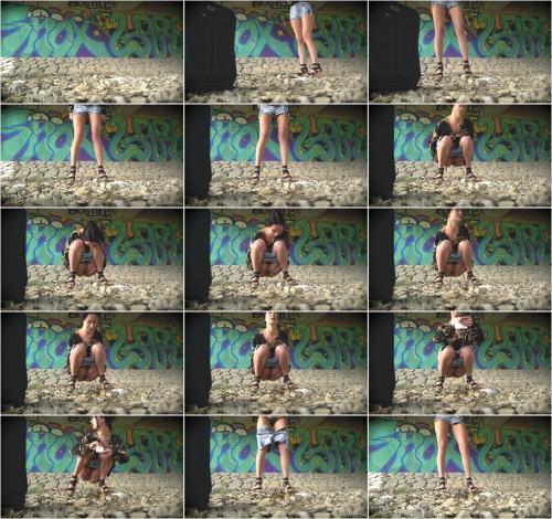 Girls Peeing Outdoor 1 [UltraHD/4K 2160P]