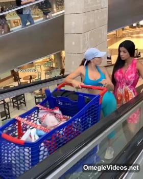 Geiles Luder mit zwei Riesendildos - Tinder Girls